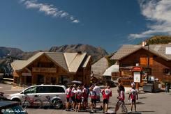 Eine Gruppe Radfahrer in L'Alpe d'Huez