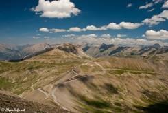 Ausblick vom Gipfel des Cime de la Bonette über die Passhöhe des Col de la Bonette und die in östlicher Richtung liegenden Berge des Alpen