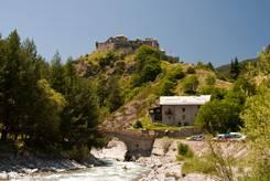 Der Fluss Guil mit den Fort Queyras im Hintergrund