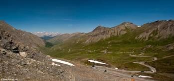 Ausblick vom Col Agnel Richtung Frankreich, der Blick reicht über die Berge des Queyras bis zu den Bergen des Écrins ganz im Hintergrund
