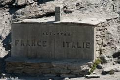 Grenzstein zwischen Italien und Frankreich auf 2744 Metern Höhe am Col Agnel
