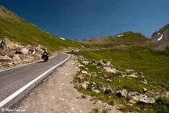 Schmale Straße kurz vor der Passhöhe des Col Agnel auf italienischer Seite