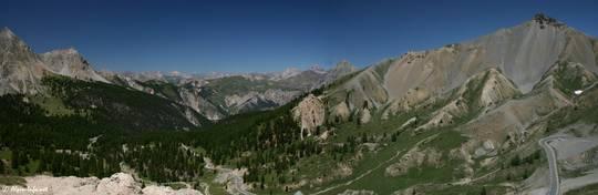 Ausblick etwas oberhalb des Col d'Izoard in nördliche Richtung, rechts der 2601 Meter hohe L'Arpelin