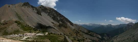 Links die Passhöhe des Col d'Izoard, rechts der Ausblick in südliche Richtung in die Berge des Queyras mit der Casse Déserte etwas unterhalb des Passes