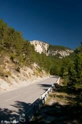 Die Straße direkt vom Scheitelpunkt des Col de Toutes Aures Richtung Var-Tal