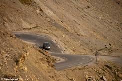 Kurvenreich und ohne Sicherung am Abgrund verläuft die Straße von Süden hinauf zur Passhöhe des Col du Galibier