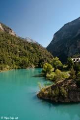 Mit einer kleinen Staumauer wird das türkisfarbene Wasser des Guil in der Combe du Queyras bei der kleinen Siedlung Maison du Roi aufgestaut