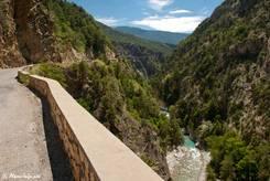 Nur eine kleine Mauer trennt die Straße durch die Combe du Queyras vom Fluss Guil tief unten in der Schlucht