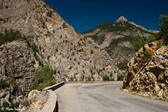Die Straße ist mal schmal mal breit, je nach Platz am Felsen, in jedem Fall bietet sie viele Kurven