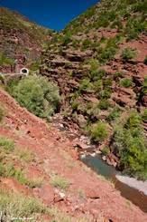 Der obere Teil der Gorges du Cians ist geprägt von rotem Schiefergestein, die Straße verläuft hier durch mehrere kleine Tunnel (siehe im Hintergrund)