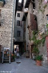 Kleine Gasse mit einem Restaurant im Zentrum von Guillestre