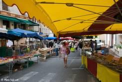 Wochenmarkt in den Straßen von Guillestre