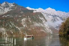 Der Königssee an der Anlegestelle der Saletalm, auf dem See ein Elektroausflugsschiff