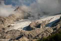 Wolken ziehen über den Gletscher an der nördlichen Flanke der Meije bei La Grave