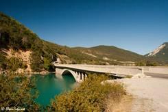 Straßenbrücke über den Lac de Castillon