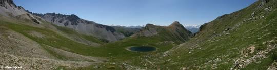 Ausblick über den Lac de Souliers im französischen Queyras auf die umliegenden Gipfel der Alpen