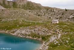 Etwas oberhalb des Bergsees mit seiner teils steilen Uferböschung liegt die kleine gleichnamige Kapelle Sainte-Anne
