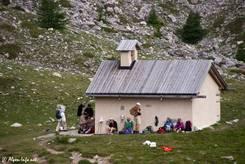 Rastende Wanderer an der Kapelle Sainte-Anne