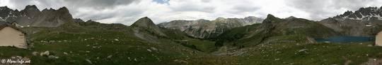360° Panorama mit den See und der Kapelle Sainte-Anne sowie dem Ausblick Richtung Tal