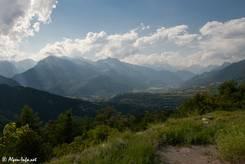 Ausblick von der Straße hinauf zum Col de Vars über das Tal der Durance mit Mont-Dauphin und Guillestre Richtung Écrins-Massiv