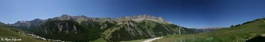 Ausblick von den Wiesen oberhalb von Saint-Véran über das Dorf (links) und das Tal auf die Berge des Queyras