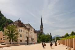 Die Fußgängerzone von Vaduz mit dem Regierungsgebäude, im Hintergrund erkennt man die Kathedrale St. Florin