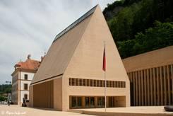 Der Landtag des Fürstentums Liechtenstein steht ebenfalls am Rand der Fußgängerzone von Vaduz