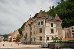 Das Regierungsgebäude direkt neben dem Landtag