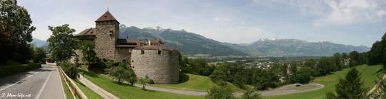Das Schloss Vaduz in Liechtenstein und der Ausblick in das Rheintal