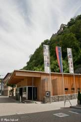 Die Touristeninformation in der Fußgängerzone von Vaduz, direkt darüber erkennt man auf dem Berg das Schloss der Fürstenfamilie