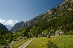 Verfallene Häuser zwischen blühenden Wiesen im Val d'Escreins