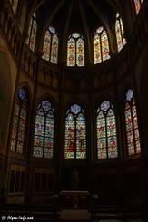 Viele bunte Glasfenster in der Kirche Saint-Bruno