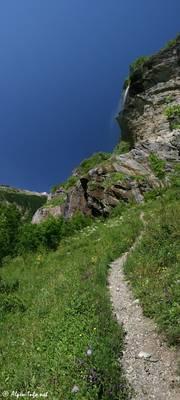 Wanderweg und kleiner Wasserfall im Vallée de Freissinières